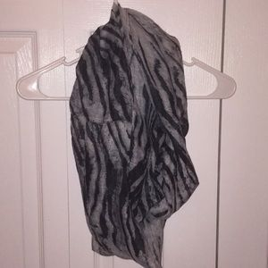 Girls black and gray scarf